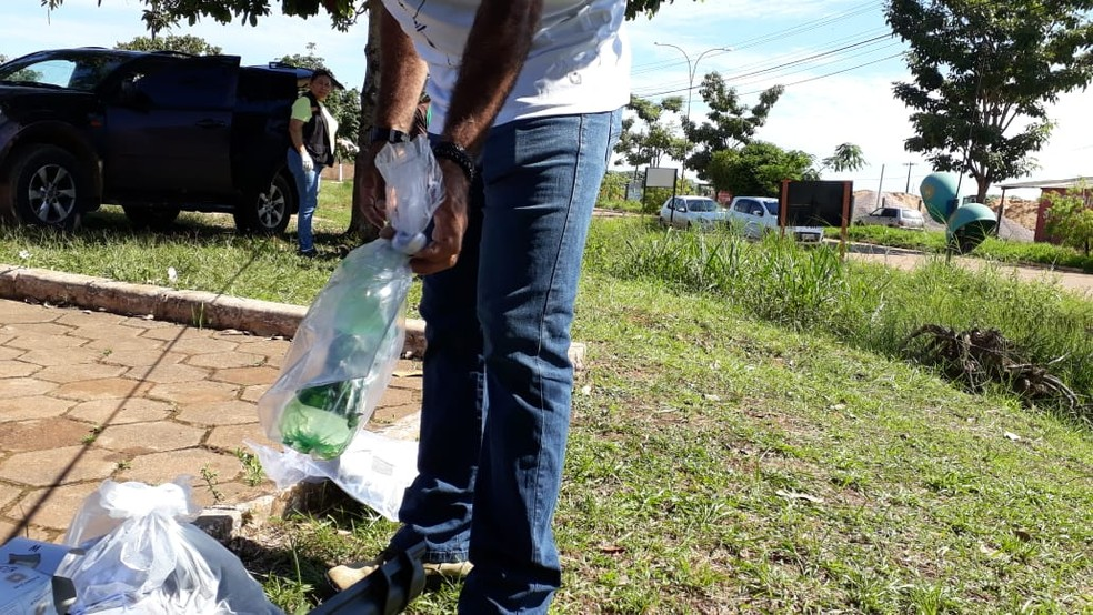 Garrafa onde estava a soda cáustica dissolvida em água usada pelo suspeito para atacar o médico.  — Foto: Pedro Bentes/ G1