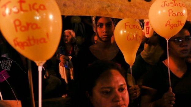 BBC: 'Às vezes nós não podemos ir até o nosso local de trabalho por violência', diz empreendedor do Alemão; acima, protesto de moradores do complexo após a morte da menina Agatha Félix (Foto: REUTERS/BBC)