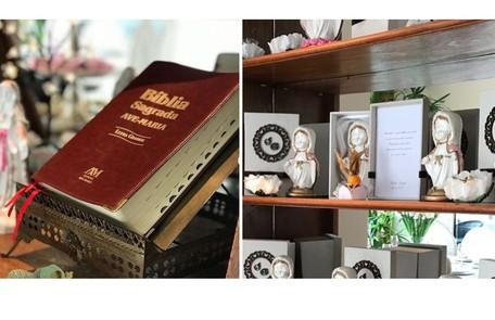 Itens religiosos da mãe de Thaís decoram a estante da família na casa em Luziânia, Goiás Reprodução