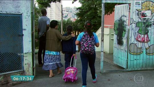 Ano letivo começa sem merenda e transporte nas escolas públicas de SP