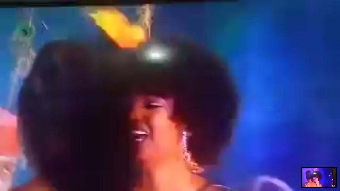 Um trecho do vídeo que mostra o instante no qual o cabelo da modelo Dorcas Kasinde, vencedora do Miss África 2018, pega fogo (Foto: Twitter)