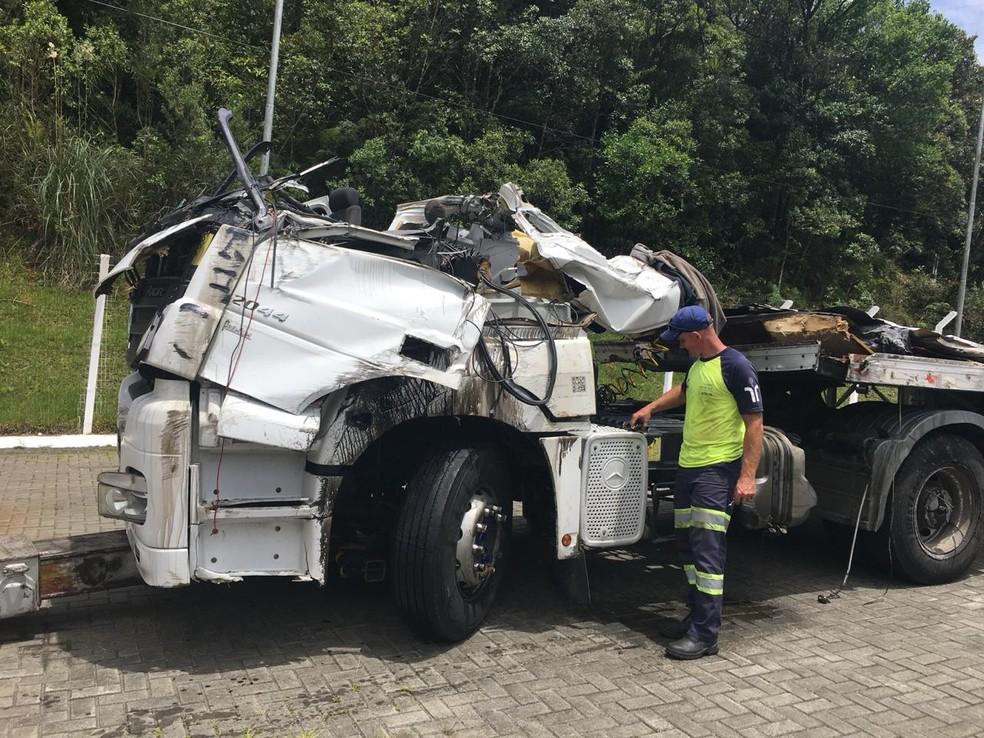 Entre os veículos envolvidos estavam duas carretas, segundo a PRF  — Foto: Divulgação/PRF