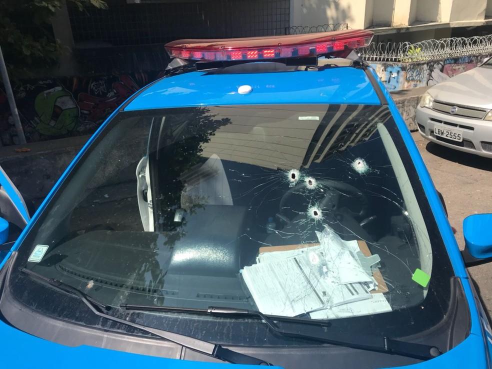 Carro da PM ficou com marcas de tiros após perseguição na Zona Sul (Foto: Reprodução/Redes Sociais)