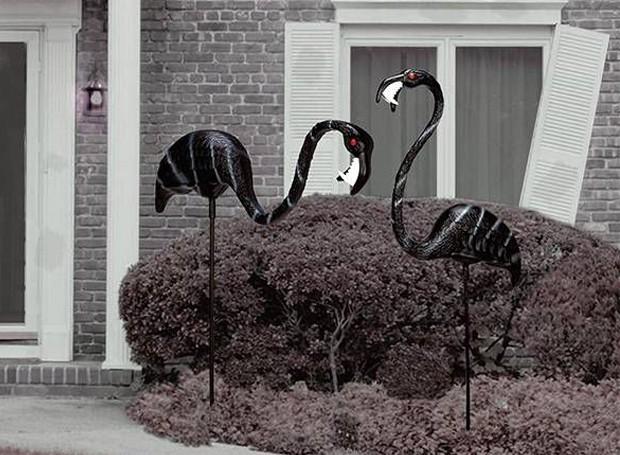 Os flamingos zumbis fogem do tradicional na decoração de Halloween (Foto: Thinkgeek/ Reprodução)