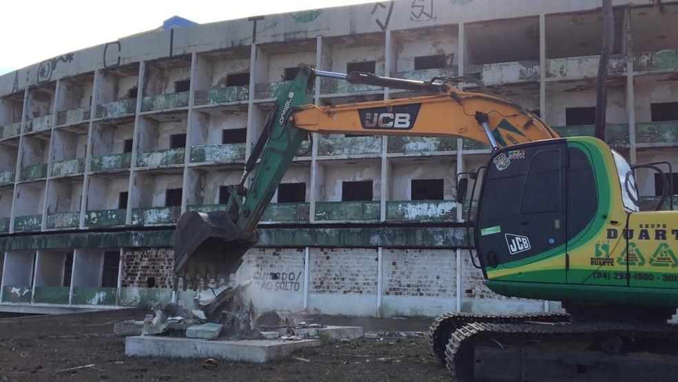 Demolição do Hotel Reis Magos foi iniciada na tarde desta quarta-feira (8) — Foto: Leonardo Erys/G1