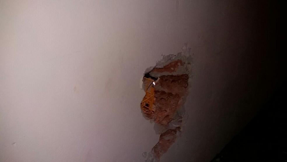 Bandidos fizeram buraco na parede dos Correios, em Osvaldo Cruz (Foto: Cedida/Polícia Militar)