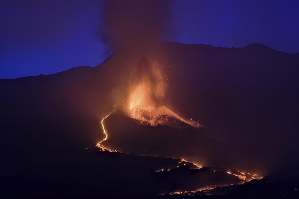 Lava do vulcão flui em La Palma, nas Ilhas Canárias, um arquipélago espanhol no Oceano Atlântico, em 26 de setembro de 2021 — Foto: Daniel Roca/AP