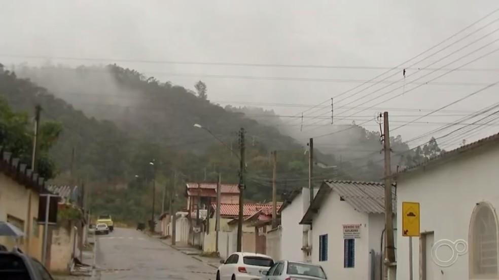 Chuva apagou fogo que devastou Serra do Japi, em Cabreúva (SP) — Foto: Reprodução/TV TEM