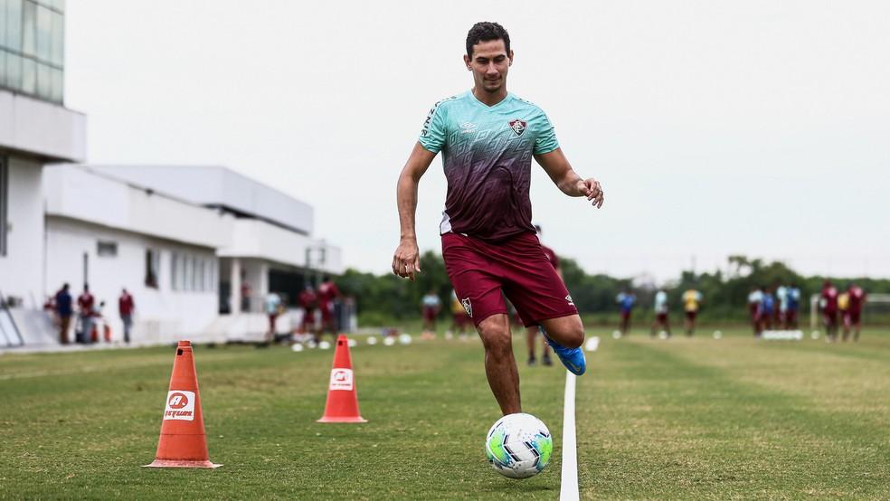 Ganso treina com bola no Fluminense — Foto: LUCAS MERÇON / FLUMINENSE F.C.