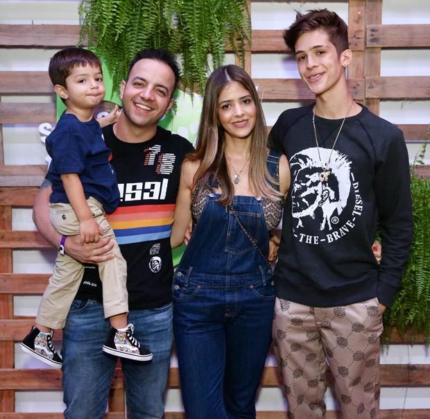 João Guilherme com a mãe, Naira Ávilla, o padrasto, Danilo, e o irmão caçula, Pietro (Foto: Manuela Scarpa/Brazil News)
