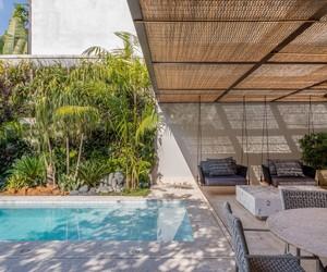 União entre duas casas cria área externa com clima de spa