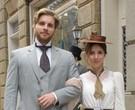 Thiago Fragoso e Marjorie Estiano, caracterizados como Edgar e Laura, seus personagens em 'Lado a lado'