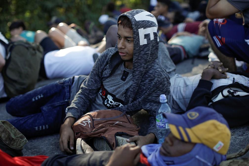 Migrantes de caravana descansam em estrada no sul do México nesta quinta-feira (23) — Foto: Andres Martinez Casares/Reuters