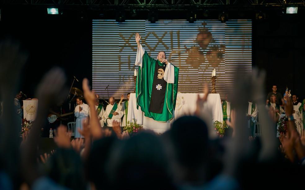 Padre Marcelo Rossi canta durante tarde de festival de música cristã Hallel, em Franca, SP — Foto: Igor do Vale/G1