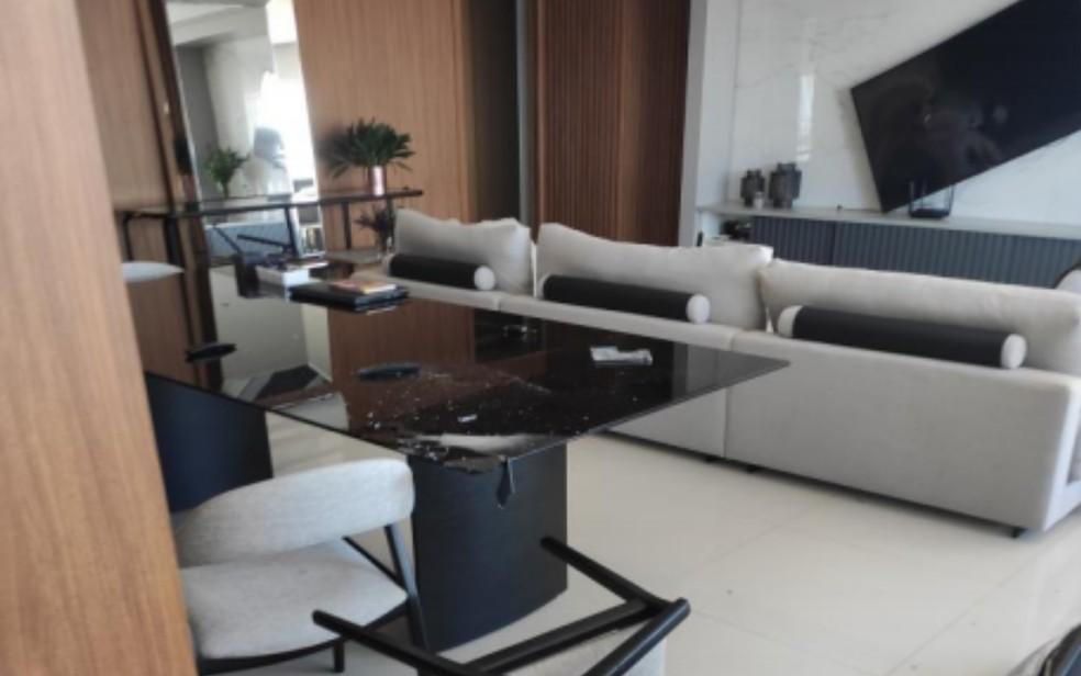 Mesa, cadeiras e televisão quebradas em apartamento de Anápolis  — Foto: Polícia Militar/Divulgação