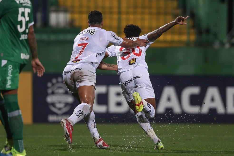 Hulk e Dylan comemoram o primeiro gol do Atlético-MG — Foto: Pedro Souza/Atlético-MG