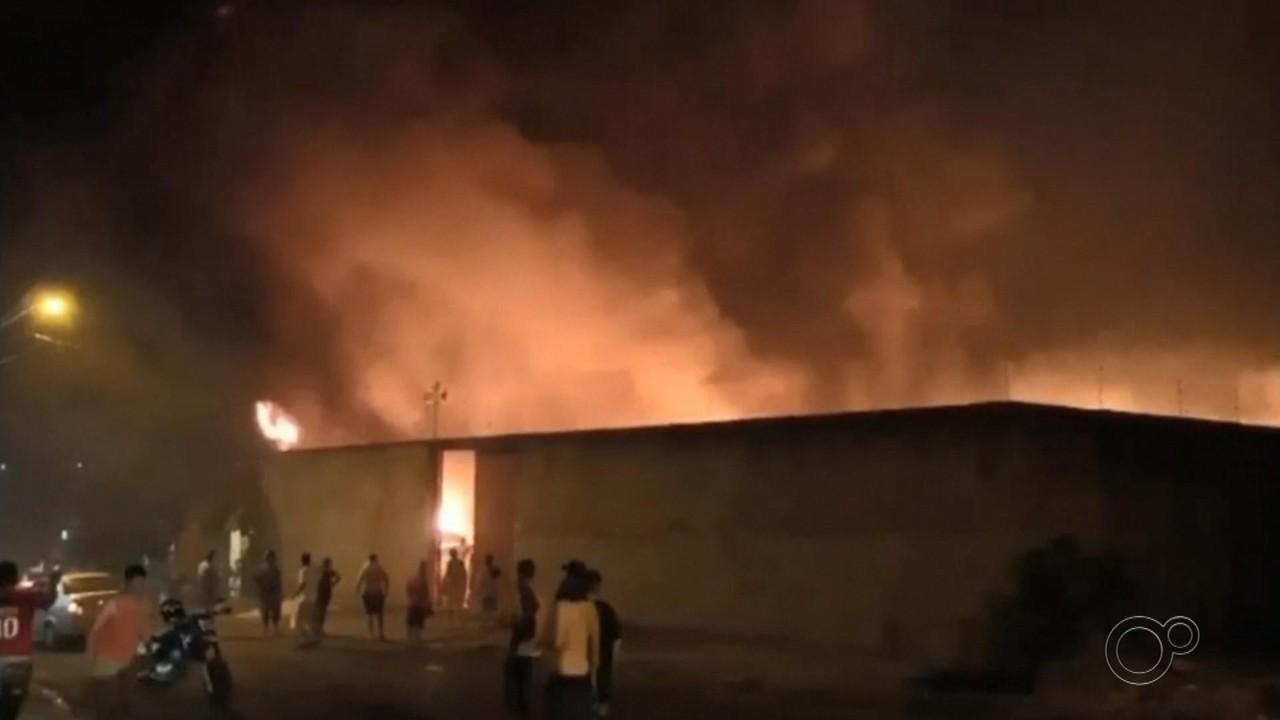 Incêndio atinge pátio de veículos apreendidos e assusta moradores de bairro em Jaú