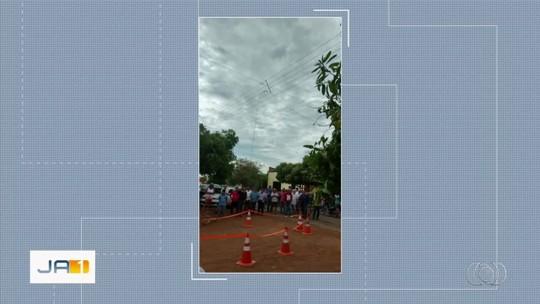 Homem morre eletrocutado após encostar em fio de energia caído na rua, em Jussara