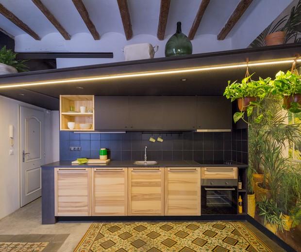 Décor do dia: cozinha combina papel de parede e plantas para criar efeito visual poderoso (Foto: Yago Partal / Divulgação)
