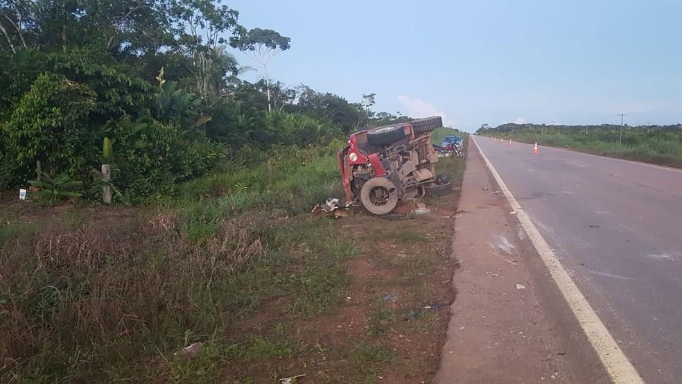 Veículo que invadiu pista contrária também ficou destruído.  — Foto: Divulgação/PRF