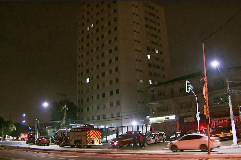 Prédio onde mãe e filha caíram do quinto andar na Zona Oeste de SP — Foto: Reprodução/TV Globo