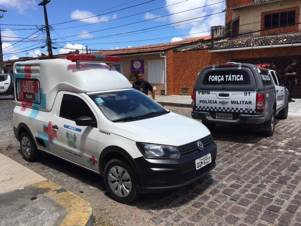 Polícia isola área em que jovem foi morto a tiros em Cidade da Esperança, Zona Oeste de Natal, nesta sexta-feira (6) — Foto: Rafael Lopes/Inter TV Cabugi