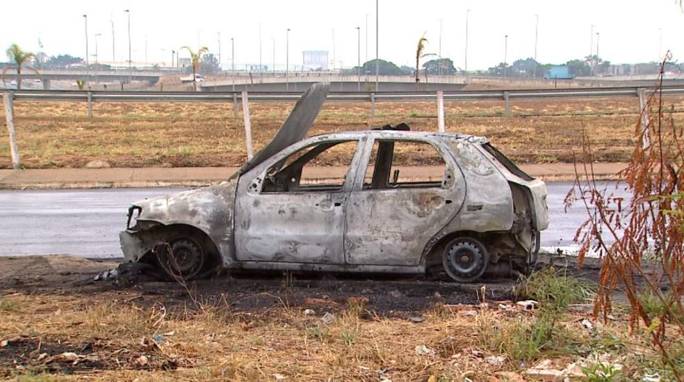 Carro envolvido no atropelamento do idoso foi incendiado em Ribeirão Preto, SP (Foto: Reprodução/EPTV)