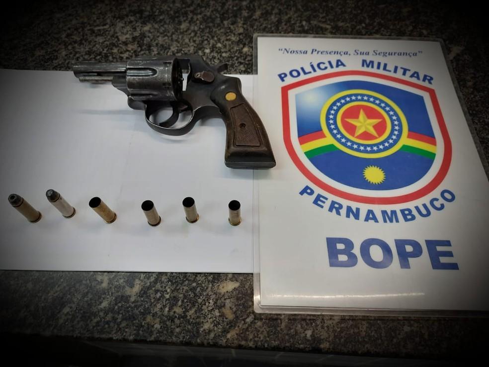 Revólver calibre 38 apreendido com um dos suspeitos envolvidos no caso — Foto: Divulgação/Polícia Militar