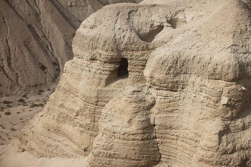 Uma das 11 cavernas onde foram encontrados os primeiros manuscritos (Foto: Peter van der Sluijs/Wikimedia Commons)