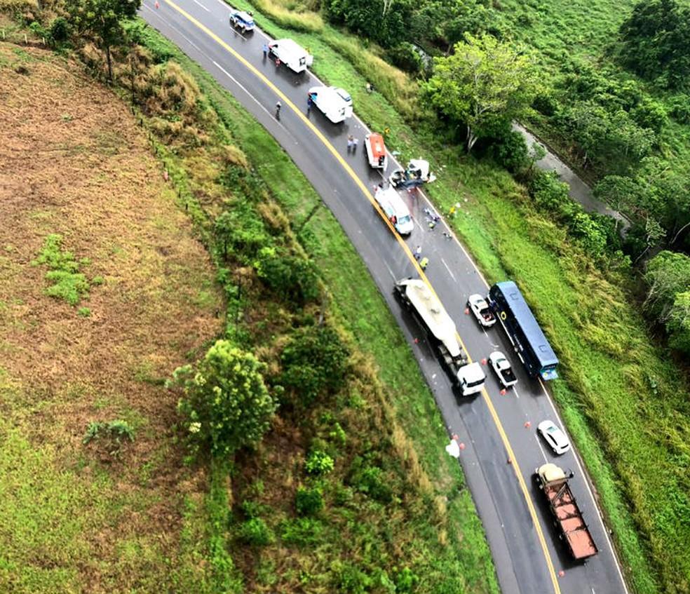 Imagem aérea do local do acidente, na BA-093, na Bahia — Foto: Divulgação/Graer