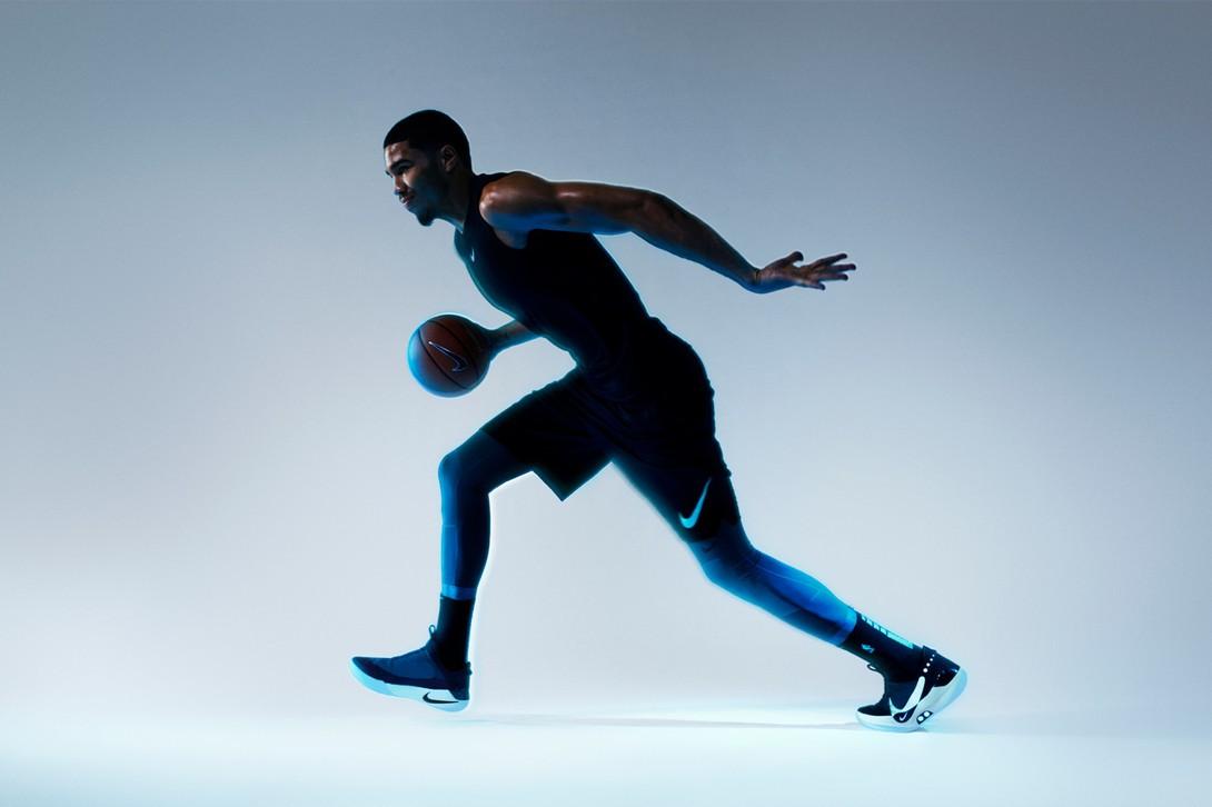 Jayson Tatum, estrela do Boston Celtics, em imagem da campanha do Nike Adapt BB. Infelizmente o jogador só fez comentários sobre a capacidade de customização, e não sobre o desempenho (Foto: Divulgação)