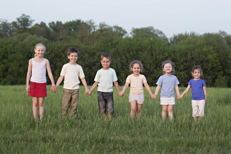 Pesquisadores dizem que nutrição e ambiente são fundamentais no desenvolvimento das crianças — Foto: Getty Images via BBC