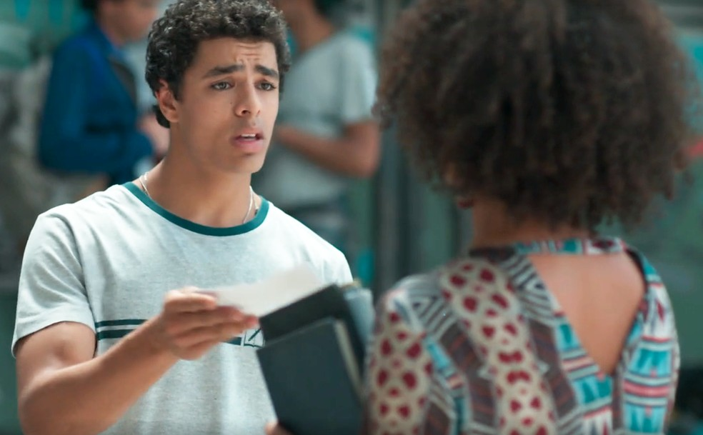 Dóris (Ana Flávia Cavalcanti) dá a Tato (Matheus Abreu) notificação para entregar ao pai em 'Malhação - Viva a Diferença' — Foto: Globo