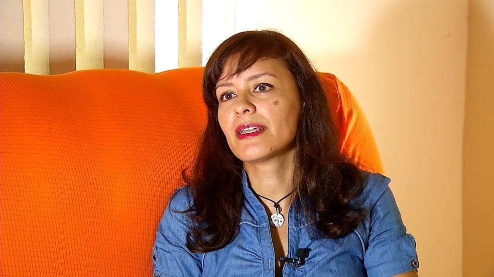 Jackeline Rivero era auditora fiscal na Venezuela e atualmente trabalha como garçonete em Natal — Foto: Reprodução/Inter TV Cabugi