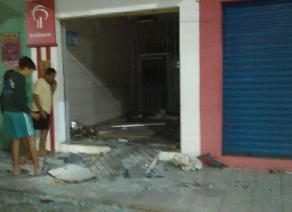 Bandidos explodem agência do Bradesco em São Pedro (Foto: Divulgação/PM)