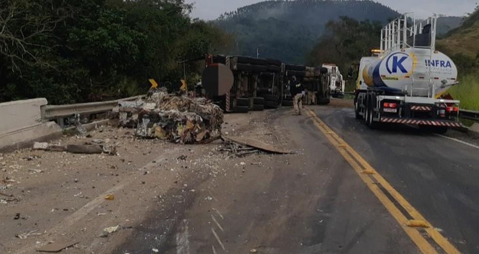 Trânsito ficou totalmente interditado após tombamento da carreta em Barra do Piraí — Foto: Divulgação/PRF
