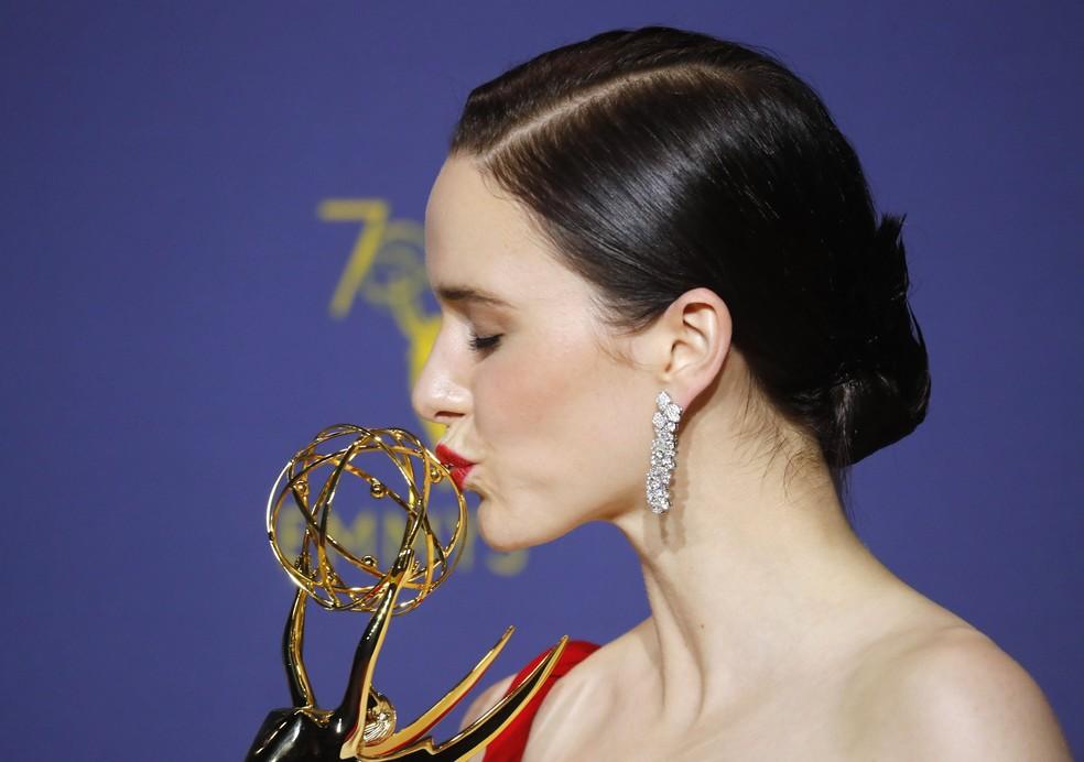 Rachel Brosnahan beija sua estatueta de melhor atriz em série de comédia por 'The marvelous mrs. Maisel' no Emmy 2018 — Foto: Mike Blake / Reuters