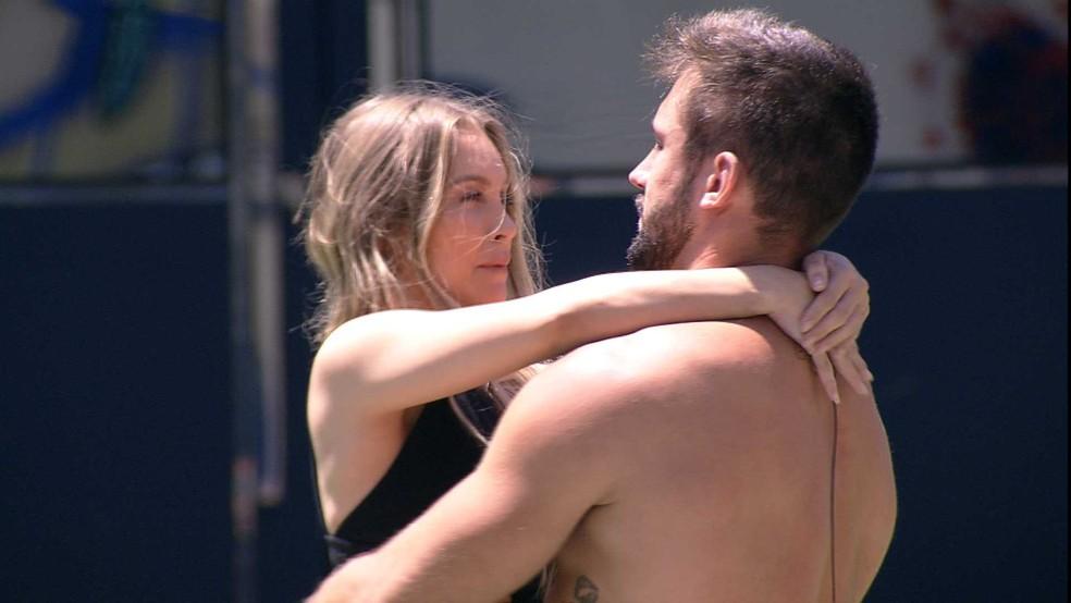 Após voltar para a casa do BBB21, Carla Diaz se declara para Arthur de joelhos e diz: 'Você não sabe da metade' — Foto: Minuto a Minuto - BBB