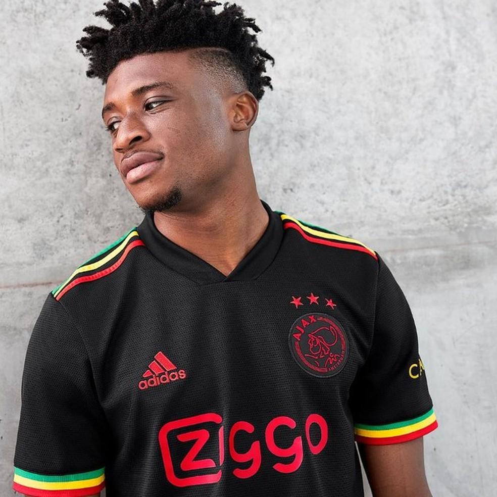 Mohammed Kudus posa de modelo com a camisa do Ajax — Foto: Divulgação/Ajax