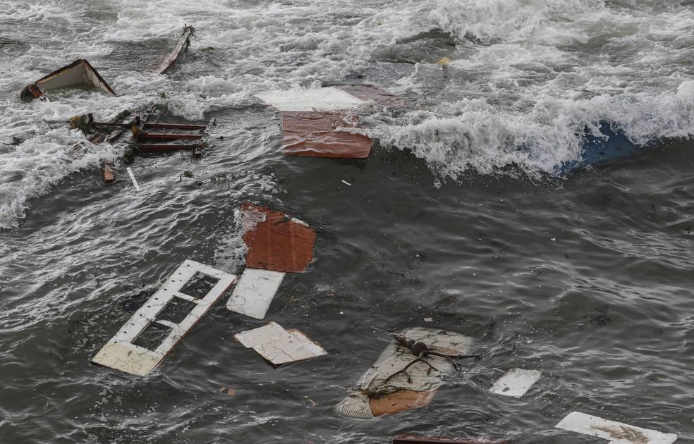 Restos de barco com imigrantes que foi arrebentado perto da costa da Califórnia, em 2 de maio de 2021 — Foto: Sandy Huffaker/AFP