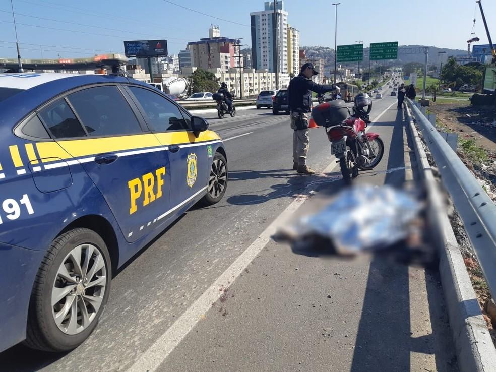 Mulher morreu atingida por linha com cerol na Via Expressa — Foto: PRF/Divulgação