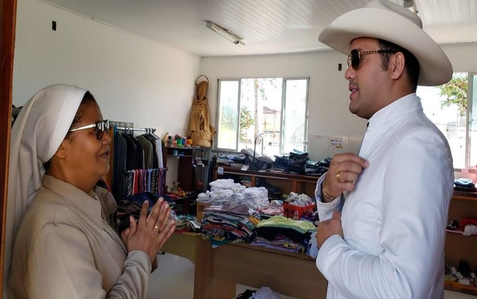 Padre Alessandro ao lado da irmã Mabel na sala onde funciona o bazar permanente — Foto: Navarro Comunicação