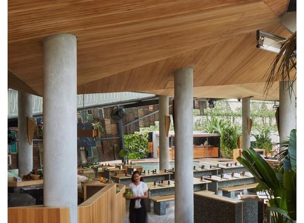 Outro ângulo do restaurante que tem como um de seus valores a sustentabilidade (Foto: Facebook / potatoheadbali)