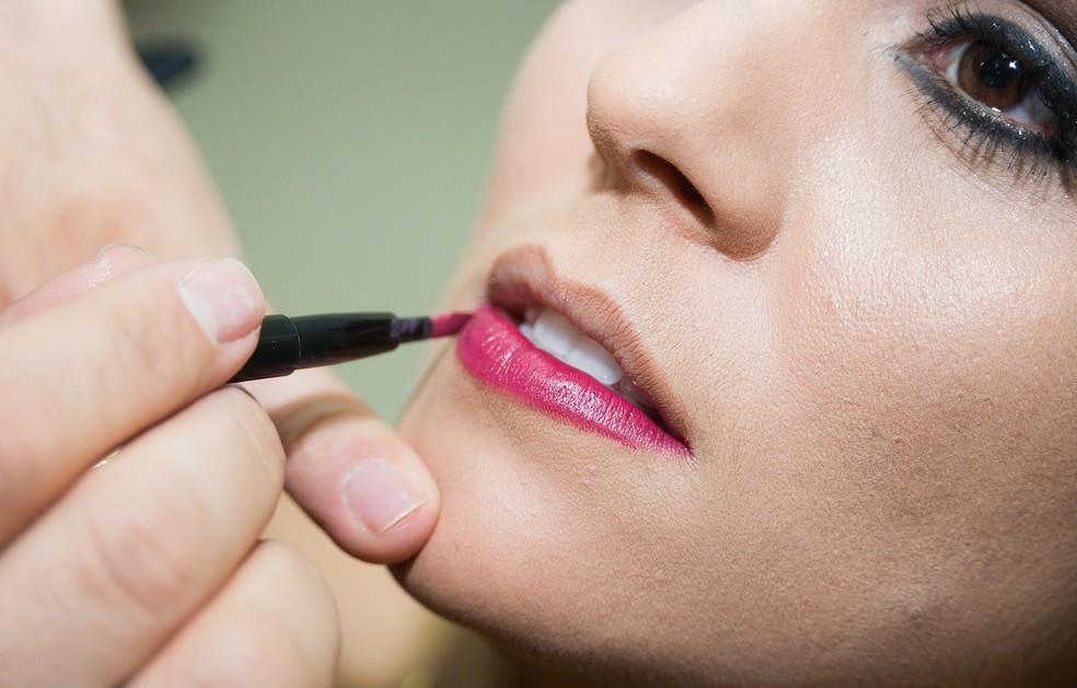 Jorge usa lápis cor de boca para delinear e não errar na hora de passar batom com cor mais vibrante (Foto: Érico Andrade/G1)