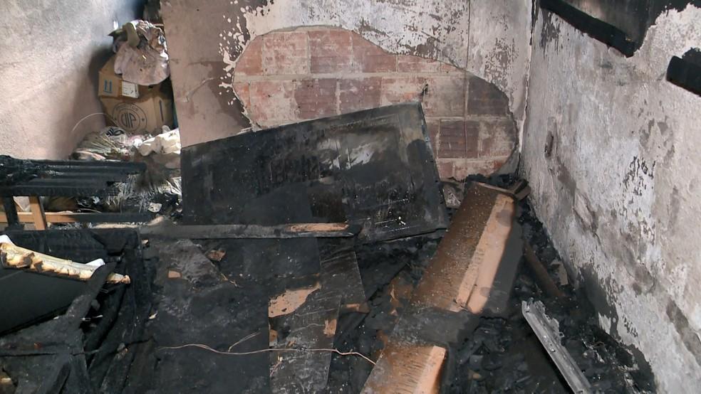 Apartamento ficou destruído após incêndio em Cariacica, ES— Foto: Reprodução/ TV Gazeta