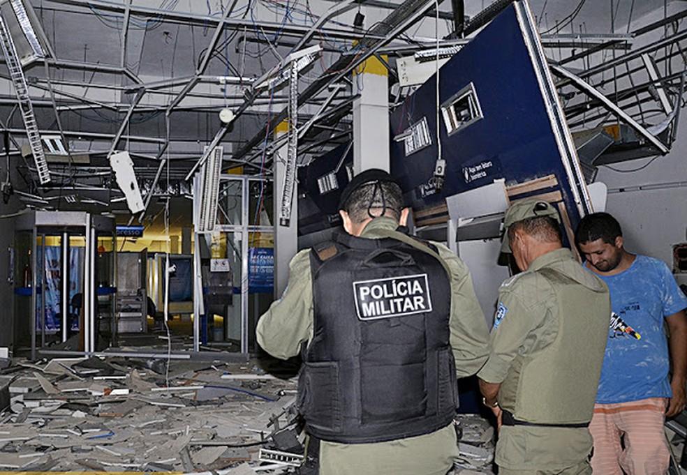 Bandidos armados explodem agências bancárias e dos Correios em Cocal  (Foto: Wenddel/Blog do Coveiro)