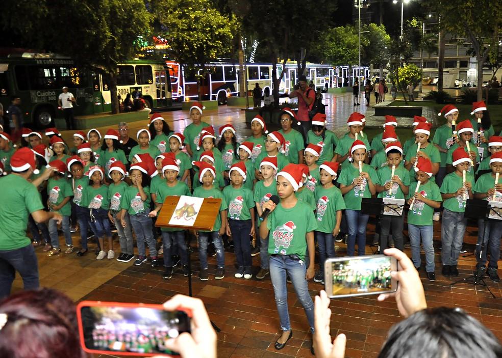 Alunos do Instituto Flauta Mágica apresetaram espetáculo de Natal na Praça Alencastro em Cuiabá — Foto: MTU/Divulgação