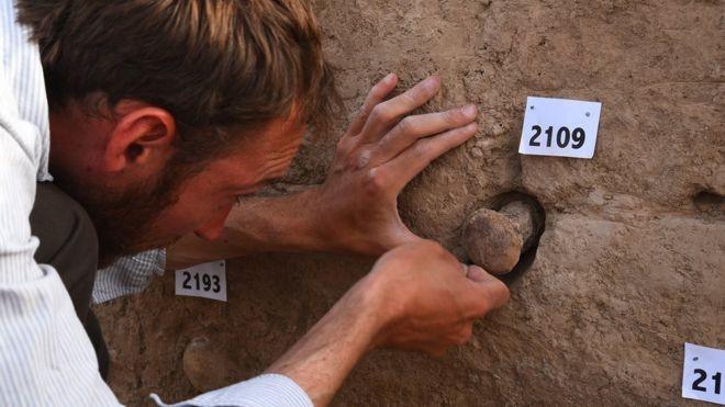 Três cones de argila da coleção foram identificados como pertencentes a um templo no sul do Iraque (Foto: BRITISH MUSEUM)