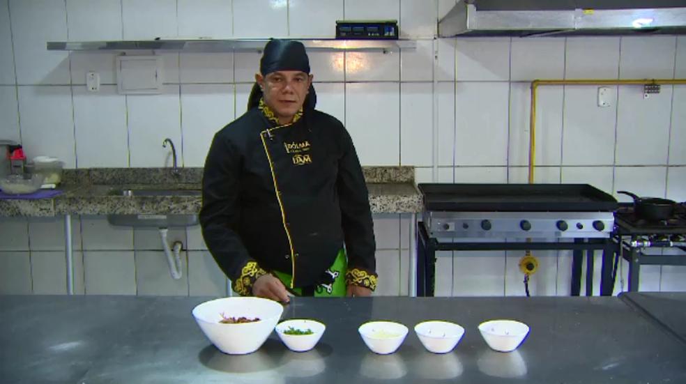 Chef Adilson Bonfim ensina a receita de coxinha de charque (Foto: Rede Amazônica/Reprodução)