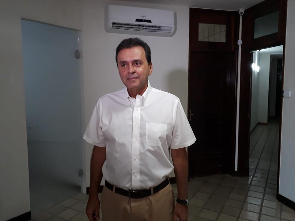 Carlos Eduardo (PDT) gravou programa de televisão nesta sexta-feira (12), em Natal — Foto: Marksuel Figueredo/Inter TV Cabugi